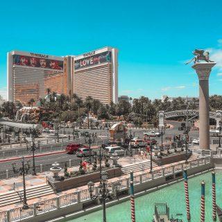 Aujourd'hui je vous partage une de mes photos coup de cœur du fameux Strip de Las Vegas ✨...J'espère que vous appréciez la vue parce que pour les jours qui arrivent, je vais vous faire manger du Vegas à toutes les sauces 😂...Sinon les paris sont ouverts, vous pensez que les 20 départements placés en vigilance vont passer en confinement localisé ce week-end ? Faites vos jeux 🎺😷#voyage #westcoast #nevada #frenchtraveler #travelphotography #traveladdict #instavoyage #passionpassport #ouestamericain #lemagamerica #travelgram #voyageuse  #VisitTheUsa #travelcommunity #travelallaroundtheworld  #travelgirlsgo #voyagerloin #lasvegas #lasvegasstrip #passeport #voyages #globetrotteur #aventure #mytravelgram #follow #followme #explore