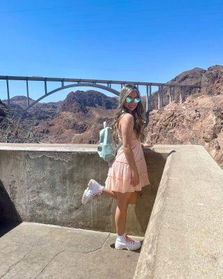 Justo en la Frontera 📍   El Puente Mike O'Callaghan–Pat Tillman (2010) es un puente arco que cruza el Río de Colorado entre los estados de 🔸Arizona y Nevada.🔸  🔹Fue el primer puente compuesto de acero y hormigón en arco construido en Estados Unidos   🔹Es el arco en hormigón más largo del Hemisferio Occidental.   🔹Con 270 metros sobre el río Colorado, es el segundo puente más alto del país después del Puente Royal Gorge cerca de Cañon City, Colorado  ¡Ese día lo cruzamos! 😍 . . . . . . #thehooverdam #hooverdambridge #betweennevadaandarizona #frontera #puentemikeocallaghanpattillman #mikeocallaghanpattillmanbridge #mikeocallaghanpattillmanmemorialbridge #monatreunion #monatreunion2021 #tourday #roadtrip #vegastrip #travel #traveling #exploremore #explorepage #fyp #beauty #style #ootd #wiw #thatlittledress #customconverse #conversebyyou #nmv #beautyrevolution #hair #healthyhair #healthyskin #sidehustle