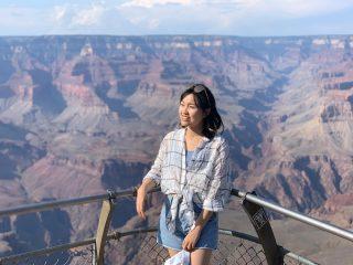 The Grand Canyon  太美 太壯觀 這樣鬼斧神工的傑作 老實說 看了兩天好像有點麻痺😂 問我還想不想再來第二次… 我想我需要慎重考慮 因為真的太熱了 而且比起這個景色 我似乎更愛海邊的氛圍 不過我得承認 這確實是個一生中必收的景色 在這其中感受自己是多麼渺小的存在 在這拍了好多美照 因為背景真的太美了  好喜歡這趟2天1夜tour所遇到的同團成員 雖然旅程有點小插曲 但是同團團員的關心與小照顧讓我們很感動 即使英文沒有很好 有時候還是會有溝通障礙 他們都很有耐心的聽我們的破英文 也很樂於跟我們分享他們的故事 甚至很巧的遇到了一對來自台灣的情侶 最後還很貼心的順路載我們到機場 不然我們應該又要花好幾個小時走路搭公車吧 一路上貴人相助 懷著感恩的心 以後有機會有能力就幫助那些有需要的人 把這份禮物傳下去  Max Tour 旅行團很棒 導遊還會講中文 真的超親切很有愛  只可惜這裡沒有巨大仙人掌🌵  #grandcanyonnationalpark  #thegrandcanyon  #southrimgrandcanyon  #maxtourvegas